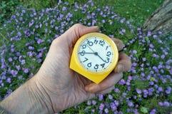 Sezonowa praca w jesień ogródu pojęciu Rolnik trzyma mec obraz stock