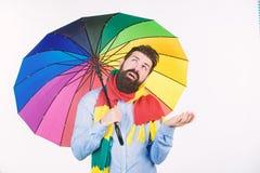Sezonowego prognoza pogody m??czyzny modnisia brodatego chwyta kolorowy parasol Ja wydaj? si? pada Deszczowi dni mog? by? twardzi zdjęcia royalty free