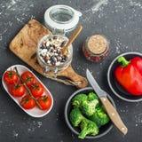 Sezonowi warzywa i ziele Jarosz, czysty łasowanie i super karmowi pojęcie składniki, Obiadowy stół z zbożami Obrazy Stock