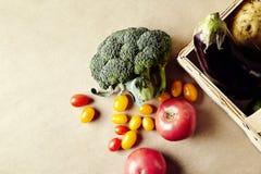 Sezonowi warzywa w łozinowym koszu Słodki pieprz zielenieje oberżyny rzepy avocado Zdjęcie Royalty Free