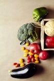 Sezonowi warzywa w łozinowym koszu Słodki pieprz zielenieje oberżyny rzepy avocado Portreta format Fotografia Stock
