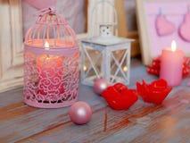 Sezonowy świąteczny wewnętrzny skład piłki, zaświecający świeczka, drewniane ramy, dekoracyjne lampy, odczuwani serca, papier dla obrazy stock