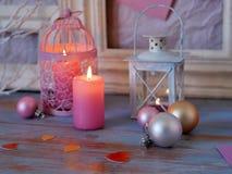 Sezonowy świąteczny wewnętrzny skład piłki, zaświecający świeczka, drewniane ramy, dekoracyjne lampy, odczuwani serca, papier dla zdjęcie stock
