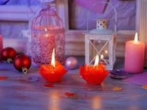 Sezonowy świąteczny wewnętrzny skład piłki, zaświecający świeczka, drewniane ramy, dekoracyjne lampy, odczuwani serca, papier dla zdjęcia stock