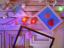 Sezonowy świąteczny wewnętrzny skład zaświecać świeczki, wystrój, drewniane ramy, dekoracyjne lampy, odczuwani serca, papier dla  fotografia stock