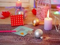 Sezonowy świąteczny wewnętrzny skład zaświecać świeczki, wystrój, drewniane ramy, dekoracyjne lampy, odczuwani serca, papier dla  obraz royalty free