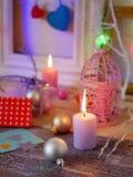 Sezonowy świąteczny wewnętrzny skład zaświecać świeczki, wystrój, drewniane ramy, dekoracyjne lampy, odczuwani serca, papier dla  zdjęcie stock
