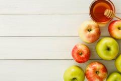 Sezonowy żniwa tło z jabłkami i miodem obrazy royalty free