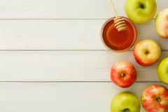 Sezonowy żniwa tło z jabłkami i miodem zdjęcia royalty free