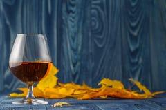 Sezonowy alkohol pije na błękita stole z liśćmi obrazy stock