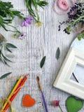 Sezonowy dekoracyjny skład kwiaty, jagody, sztuka i klerykalni materiały, serca robić odczuwany na tle lekki drewno zdjęcie stock