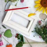 Sezonowy dekoracyjny skład kwiaty, jagody, sztuka i klerykalni materiały, serca robić odczuwany na tle lekki drewno obrazy stock