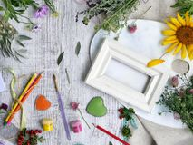 Sezonowy dekoracyjny skład kwiaty, jagody, sztuka i klerykalni materiały, serca robić odczuwany na tle lekki drewno fotografia stock