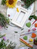 Sezonowy dekoracyjny skład kwiaty, jagody, sztuka i klerykalni materiały, serca robić odczuwany na tle lekki drewno zdjęcia stock