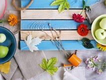 Sezonowy dekoracyjny skład kwiaty, liście i owoc, zdjęcia stock