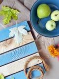 Sezonowy dekoracyjny skład kwiaty, liście i owoc, zdjęcie royalty free