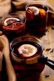 Sezonowy i wakacje pojęcia boże narodzenie rozmyślający wino z pięknymi pomarańcze plasterkami wśrodku szkła, zakrywającego z cie fotografia royalty free