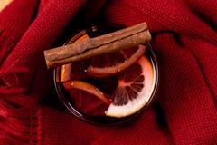 Sezonowy i wakacje pojęcia boże narodzenie rozmyślający wino z pięknymi pomarańcze plasterkami wśrodku szkła, zakrywającego z cie zdjęcie royalty free