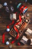 Sezonowy i wakacje pojęcie Bożenarodzeniowe dekoracje i cukierki na drewnianej desce obraz stock