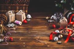 Sezonowy i wakacje pojęcie Bożenarodzeniowe dekoracje i cukierki na drewnianej desce z miejscem dla kopii przestrzeni obraz stock