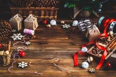 Sezonowy i wakacje pojęcie Bożenarodzeniowe dekoracje i cukierki na drewnianej desce z miejscem dla kopii przestrzeni zdjęcie royalty free
