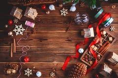 Sezonowy i wakacje pojęcie Bożenarodzeniowe dekoracje i cukierki na drewnianej desce z miejscem dla kopii przestrzeni Odgórny wid zdjęcia royalty free