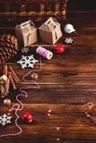 Sezonowy i wakacje pojęcie Bożenarodzeniowe dekoracje i cukierki na drewnianej desce z miejscem dla kopii przestrzeni Odgórny wid fotografia stock