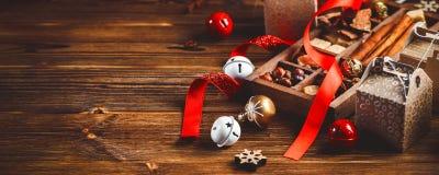 Sezonowy i wakacje pojęcie Bożenarodzeniowe dekoracje i cukierki na drewnianej desce z miejscem dla kopii przestrzeni Selekcyjna  zdjęcie royalty free