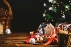 Sezonowy i wakacje pojęcie Bożenarodzeniowe dekoracje i cukierki na drewnianej desce z miejscem dla kopii przestrzeni Selekcyjna  obrazy royalty free