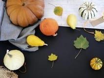Sezonowy jesień skład od różnorodność bani, bonkret, jabłek, kolorów żółtych liści i słomianego kapeluszu, przygotowanie dla domo obraz royalty free