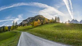 Sezonowy krajobraz z drogą w górach obrazy stock