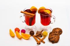Sezonowy napoju pojęcie Napój lub napój z cynamonem, pomarańczową owoc i ciastkami z czekoladowymi kroplami, Szkła z obrazy royalty free