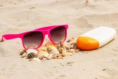 Sezonowy pojęcie, rozsypisko skorupy, okulary przeciwsłoneczni i słońce płukanka, Obraz Stock