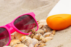 Sezonowy pojęcie, rozsypisko skorupy, okulary przeciwsłoneczni i słońce płukanka, Fotografia Stock