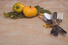Sezonowy stołowy położenie z małymi baniami i liśćmi koloru żółtego i zieleni zdjęcie stock