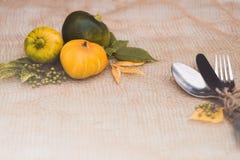 Sezonowy stołowy położenie z małymi baniami i liśćmi koloru żółtego i zieleni obraz royalty free