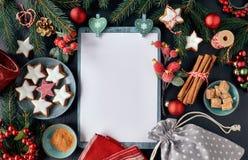 Sezonowy tło z dekorującą choinką kapuje na zmroku zdjęcia royalty free