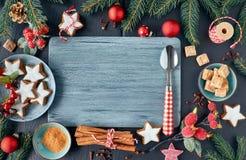 Sezonowy tło z dekorującą choinką kapuje na zmroku fotografia royalty free