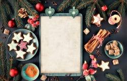 Sezonowy tło z dekorującą choinką kapuje na zmroku obraz royalty free