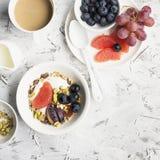 Sezonowy zdrowy śniadanie: jogurt, czekoladowy granola, różowy grapefruitowy, winogrona, pistacja Odgórnego widoku kopia obrazy royalty free