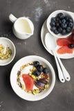 Sezonowy zdrowy śniadanie: jogurt, czekoladowy granola, różowy grapefruitowy, winogrona, pistacja Odgórnego widoku kopia zdjęcie stock