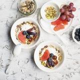 Sezonowy zdrowy śniadanie: jogurt, czekoladowy granola, różowy grapefruitowy, winogrona, pistacje Odgórny widok kosmos kopii mies Obraz Royalty Free