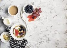 Sezonowy zdrowy śniadanie: jogurt, czekoladowy granola, różowy grapefruitowy, winogrona, pistacje Odgórny widok kosmos kopii mies zdjęcie royalty free