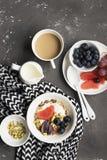 Sezonowy zdrowy śniadanie: jogurt, czekoladowy granola, różowy grapefruitowy, winogrona, pistacje Odgórny widok kosmos kopii mies zdjęcia royalty free