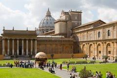 Sfär inom sfär i borggården av Pineconen på Vaticanenmuseer Arkivfoton