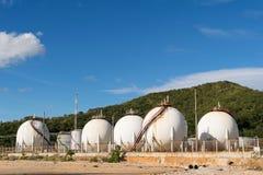Sfären för LPG-gaslagring tankar med bakgrund för blå himmel Royaltyfri Fotografi