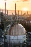 Sfärer för gaslagring tankar i oljeraffinaderiväxt på soluppgång Fotografering för Bildbyråer