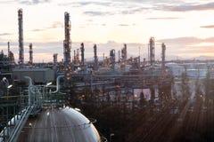 Sfärer för gaslagring tankar i oljeraffinaderiväxt på soluppgång Royaltyfri Foto