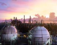 Sfärer för gaslagring tankar i petrokemisk växt på gryning Arkivbilder