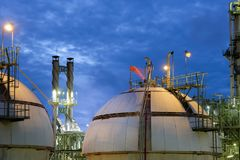 Sfärer för gaslagring tankar i raffinaderiväxt på skymningkolonnen till Royaltyfri Foto